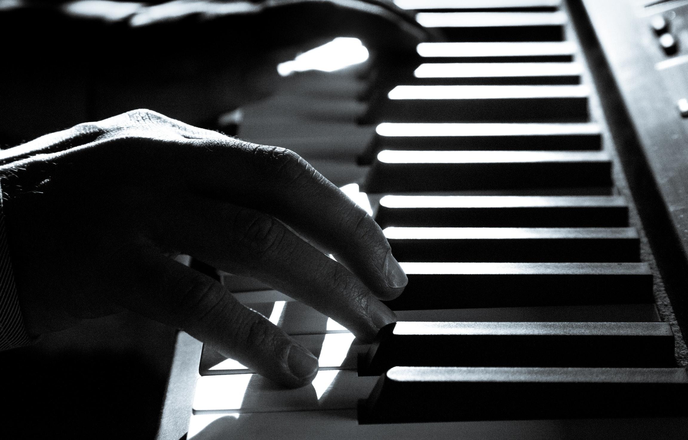 Spelar på ett piano